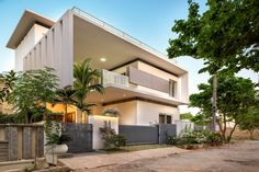 Image 1 of 26 from gallery of Tree Hugger / architects. Photograph by Gokul Rao Kadam Modern Bungalow House, Bungalow Homes, Tiny House, Modern Exterior House Designs, Modern House Design, Kerala Architecture, Modern Architecture, Kerala House Design, Kerala Houses