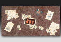 Escayola policromada A. Marzal Tapa de mesa en escayola policromada con trampantojo de mesa revuelta con naipes de una baraja española, dibujos y ramillete de flores. Escayola policromada 56 x 108 x 4 cm Probablemente Madrid, época de Carlos IV, finales del siglo XVIII: 1788 o 1798. Adquirido por el Palacio Real el 4 de diciembre de 2007
