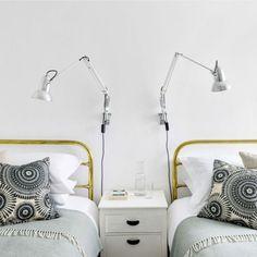 kleines schlafzimmer gestalten weiße bettdecke kissen in floralen, Innenarchitektur ideen