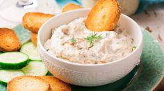 Krämiga röror är gott till grillat. Servera gärna flera sorter så gästerna får välja. En baserad på crème fraiche, en annan på enbart grönsaker och någon på majonnäs, brukar passa fint.