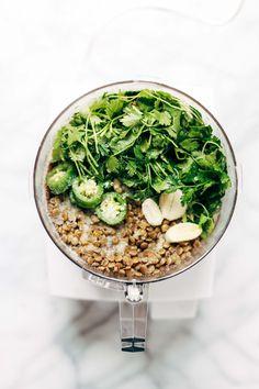 falafel facile à la maison en 30 minutes SANS friture!  recette saine à base de lentilles, coriandre, persil, jalapeños.  Végétarien / végétalien / gluten.  70 calories par falafel.  |  pinchofyum.com