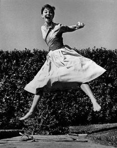 Frohnatur:  Mit einem Lächeln hüpfte Audrey Hepburn 1955 vor Halsmans  Kamera...