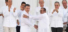 El presidente de Colombia, Juan Manuel Santos (1centro) y el jefe de las FARC, Rodrigo Londoño, alias 'Timochenko', se dan la mano durante la firma del histórico acuerdo de paz en Cartagena.