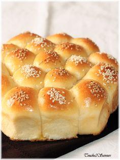 """La Khaliyat enahl, appelée """"rûche d'abeilles"""" est une brioche traditionnelle issue d'Arabie saoudite et qui se présente sous la forme de petites boules briochées délicieusement fourrées de fromage frais( type vache qui rit) accolées ensuite les unes aux..."""