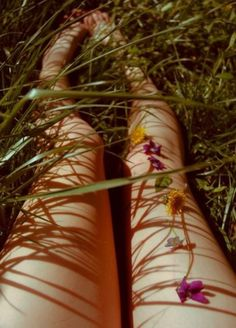 """laying down in the grass, picking and playing with flowers. """"The lovely flowers embarrass me. They make me regret I am not a bee. Summer Of Love, Summer Time, Summer Legs, Summer Skin, Foto Instagram, Back To Nature, Belle Photo, Art Photography, Bloom"""