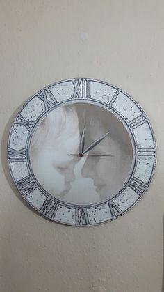 Eskitme ve lazer kazıma resimli, Roma rakamlı duvar saati.