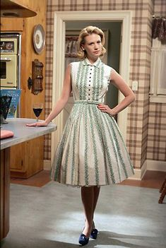 does Betty Draper's dress flare out? How does Betty Draper's dress flare out? postHow does Betty Draper's dress flare out? Fashion 60s, Vintage Fashion 1950s, Mad Men Fashion, Moda Fashion, Fashion Trends, Fashion Dresses, Simply Fashion, Fashion Games, Victorian Fashion