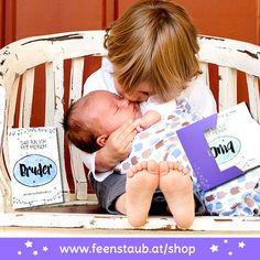 """Mit unseren Milestones Karten """"Familie"""" schafft ihr tolle Bilder als Erinnerung. Auch eine besondere Geschenk Idee zur Geburt von Mädchen und Jungen um zu sagen: """"Willkommen"""" bei uns! Auch für die Babyparty ein tolles Mitbringsel für die schwangere Gastgeberin. #feenstaub #schwangerschaft #baby #meilensteine Toddler Bed, Baby Baby, Face, Time Capsule, Baby Delivery, Great Pictures, Special Gifts, Child Bed, Newborns"""