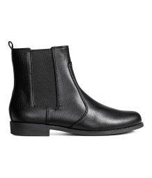 Chelsea boots with elastic gores in the sides, a loop at the back, cotton twill linings, imitation leather insoles and rubber soles. Heel 2.5 cm.