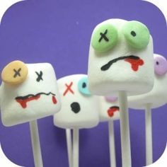 "Piruletas de nubes (noooo, no tienen sangre dentro, aunque sería chulo, no?) / Marshmallow pops (nooo, they don't have ""blood"" inside, although that would be cool, no?)"