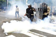 ベネズエラの首都カラカス(Caracas)で、反政府デモ隊との衝突で使用された催涙弾をけり飛ばす機動隊(2014年5月8日撮影)。(c)AFP/Geraldo Caso ▼9May2014AFP|反政府デモとの衝突で警官撃たれ死亡、ベネズエラ http://www.afpbb.com/articles/-/3014504