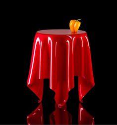 Illusion, une table design qui semble flotter dans l'air