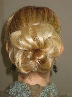 Tukka hyvin, kaikki hyvin: Maailman helpoin, nopein ja kaunein nuttura jaaponnari kolmeen osaan, kieputa osiot koko pituudeltaan itsensä ympärille.erottele latvasta pienenpieni hiusnippu ja työnnä muita hiuksia nutturakeskiön suuntaan kiinnitä pinnillä