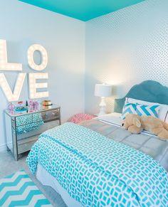 quarto de menina com comoda espelhada e estampas em chevron e azul. girls room