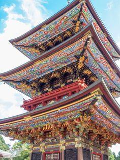 三重塔は、平成20年、開基1070年を記念して修復が行われ、とても鮮やかなごく彩色に輝いています。元々の建立は1712(正徳2)年の重要文化財