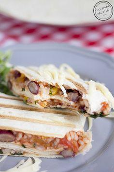 Tortille z ryżem, czerwoną fasolą, kukurydzą i pomidorami. Świeże w smaku danie - idealne na obiad lub przekąskę. Można dodać pierś z kurczaka i ser żółty.