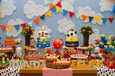 Festa Toy Story para dois irmãos em idades diferentes. Uma opção cheia de detalhes e super colorida com bandeirinhas e bolos decorados.