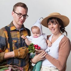 How cute is this family Halloween costume? Dress the kids as fruits & veggies and the mom and dad are gardeners!