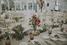 Mesa decorada por La Buganvilla en Villa Luisa con wedding planner Que se Besen  wedding inspiration -decoration wedding - flowers - centro de mesa - cuberteria boda - mesa decorada - sevilla - hacienda