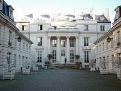Hôtel Benoit de Saint-Paulle (1776) 30 rue du Faubourg-Poissonnière Paris 75010. Architecte : Samson-Nicolas Lenoir. Autre exemple de ces hôtels du faubourg Poissonnière. Les bâtiments de la cour sont construits par l'architecte Antoine-François Peyre dit le Jeune.