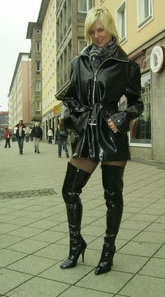 woman with boots pvc latex and leather fetish eroclubs. Pvc Fashion, Fetish Fashion, Leather Fashion, Fashion Boots, High Leather Boots, Leather Leggings, Sexy Latex, Sexy Boots, Rain Wear
