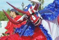 Vejigante va pintao, de amarillo y colora'o! (Carnaval de Ponce, Puerto Rico)