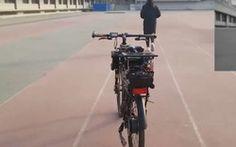Des chercheurs chinois ont doté une bicyclette d'une puce révolutionnaire qui fait tourner en parallèle des algorithmes de nature complètement différente. Résultat, un vélo doué de capacités d'adaptation étonnantes, capable de répondre à des instructions vocales ou de suivre une personne à la trace.
