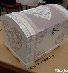 1 million+ Stunning Free Images to Use Anywhere Decoupage Furniture, Decoupage Box, Rustic Furniture, Painted Furniture, Painted Boxes, Wooden Boxes, Diy Storage Boxes, Towel Crafts, Trunks And Chests