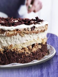 Luksus islagkage - Well, I sure wish i could get this translated because it looks great! Sweet Recipes, Cake Recipes, Dessert Recipes, Frozen Yoghurt, Pudding Desserts, Cakes And More, Yummy Cakes, No Bake Cake, Just Desserts
