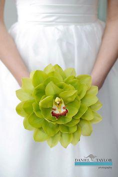 Glamelia-kimppu. Glamelia on malli joka tehdään käsin yksittäisistä terälehdistä, todellista käsityötä.