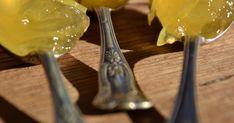 En härligt solgul maskrosmarmelad! Jag var först riktigt skeptiskt till detta, hur kan maskrosor smaka så gott? Marmeladen är citronig med lite beska och man känner en aning av maskrosor.