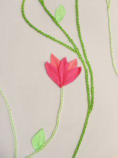 Capa de almofada em sarja bege com flores rosas e folhas verdes em malha e linha de bordar em tons de verde.      TAMANHO: 45 x 45 cm      Acabamento com zíper.