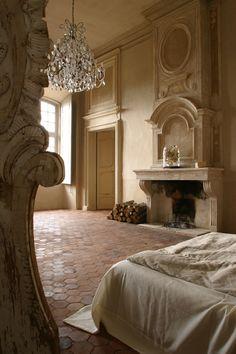 Une chambre du château avec lustre et cheminée