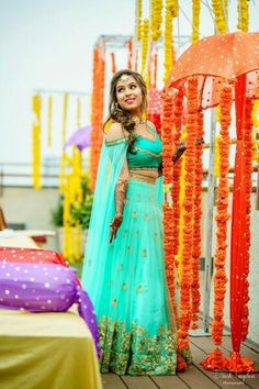 We have the latest picks of Fab Indian Mehndi Outfit Style Ideas.Trending Mehndi lehenga styles and wow offbeat suits for the modern Indian Bride! Pakistani Mehndi Dress, Indian Mehendi, Indian Gowns, Indian Attire, Indian Bridal, Indian Outfits, Indian Wear, Western Outfits, Lehenga Style