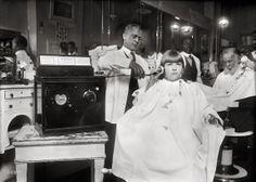 Una radio a gettoni in un negozio di barbiere. Washington DC, c.1922 #storia #invenzioni