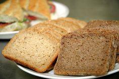 Yhä harvemmat syövät leipää. Leipä aiheuttaa monelle turvotusta, väsymystä ja vatsanpuruja. Hapanjuureen leivotusta leivästä povataan nyt seuraavaa ruokatrendiä, sillä se sopii monelle sellaisellekin, joka saa hiivalla kohotetusta leivästä vatsaoireita. Nutrition, Bread, Food, Eten, Bakeries, Meals, Breads, Diet