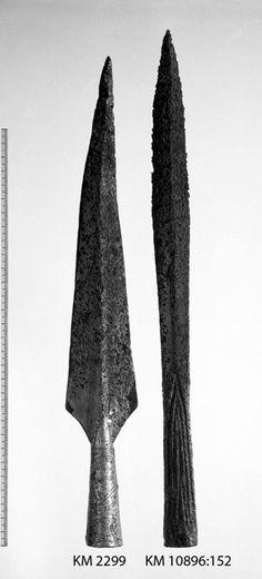 Keihäs, Petersenin E-tyyppiä, damaskoitu, putki uurteellinen. Kohdasta 80 lappeeltaan. Löytö on ollut Terra Tavastorum -näyttelyssä.