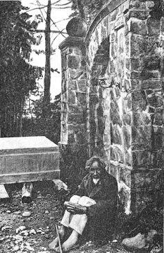 """Widok """"dziada kościelnego"""" siedzącego boso pod bramą cmentarną jeszcze w dwudziestoleciu międzywojennym nie należał do rzadkości. Prosili oni o datki, w zamian zapewniając o modlitewnej pamięci za swych ofiarodawców."""