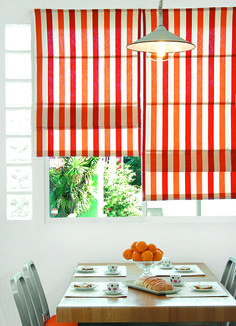 Cocina de colores, cortina estilo romana ideal para ventanas corredizas