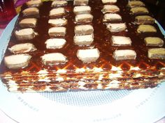 Tort din foi de napolitane cu sos caramel si glazura de ciocolata  (reteta nr.100)