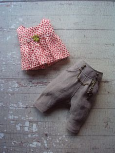 This cute pair of sarouel pants with a lovely punk chain is a super cute stye and the pants have neat little pockets for posing. The top is made