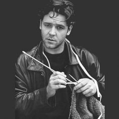russell-crowe knitting