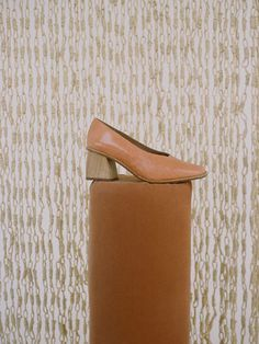 Handmade leather pump with 6 cm oak wood curved heel and square v-shaped front cut. Leather sole and insole. Made in Spain. Leather Pumps, Tote Bag, Heels, How To Make, Pink, Bags, Handmade Leather, Bridesmaids, Colors