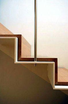 Detalle escalera de planchuela, madera + inox