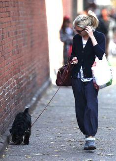 Sal a pasear al perro con estilo, copia a Sienna Miller (1/22)