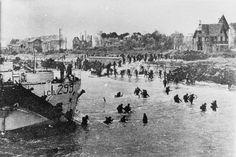 Des membres du 3e atterrissage Division d'infanterie canadienne de LCI (L) 299, Juno Beach, le 6 Juin 1944.   La 3e Division d'infanterie canadienne et 2e Brigade blindée canadienne ont débarqué sur la plage Juno, qui se étendait vers l'ouest de Saint-Aubin-sur-Mer à Courseulles-sur-Mer. Juno était l'une des plages les plus fortement défendu et dans la première heure de l'assaut des Canadiens a subi près de 50 pour cent les taux d'accidents. Une fois qu'ils ont avancé au-delà de la digue si…