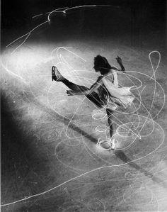 la-journee: Gjon Mili - Figure Skating, Figure skater Carol Lynne's movements charted by flashlights imbedded in each boot. New York 1945 (LIFE Archive) Movement Photography, Dance Photography, Sequence Photography, Light Painting Photography, Photography Tips, Gjon Mili, Le Vent Se Leve, Isadora Duncan, Light Trails