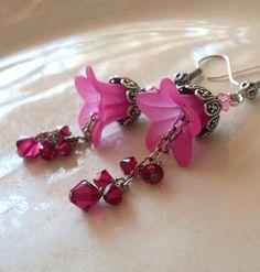 Fuchsia lucite flower earrings with Swarovski Wire Jewelry, Jewelry Crafts, Beaded Jewelry, Jewelery, Lucite Flower Earrings, Bead Earrings, Crystal Earrings, Diy Schmuck, Schmuck Design