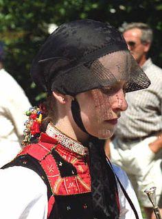 Gutacher Tracht aus dem Kirnbachtal  Seidenhaube mit Tüllschleier, dessen Kanten verstärkt sind, so dass er sich an den Seiten aufbiegen läs... #Gutachtal
