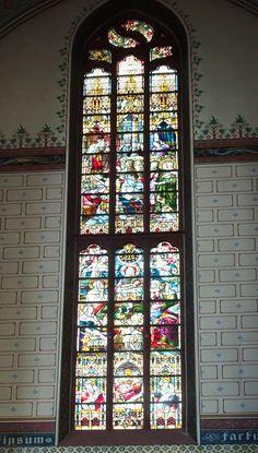 Zwolle - Basiliek OLV ten Hemelopneming, een middeleeuwse kruiskerk aan de Ossenmarkt.  De kerk wordt vaak naar de toren genoemd: de Peperbus. Glas-in-loodraam van het transept. Foto: G.J. Koppenaal - 15/9/2017.